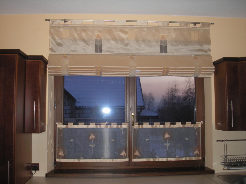 Dekoracja okna kuchennego roleta rzymska i zazdrostka