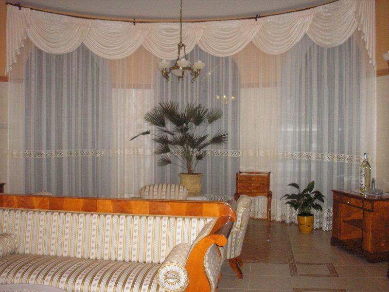 półokrągłe okno wykuszowe z lambrekinem